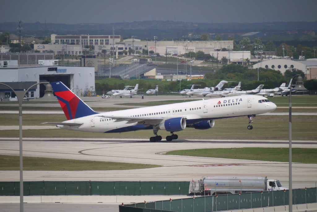 Delta Boeing 757-200 N633DL at KSAT, c Nick Leghorn